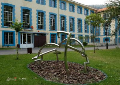 Entrada con escultura de Gotxi