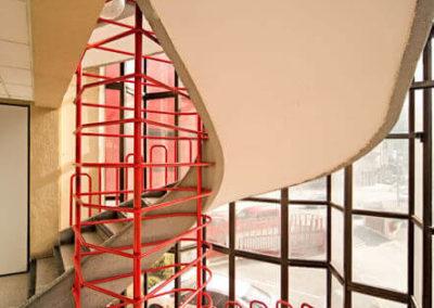 Detalle de la escalera acristalada en el interior de las oficinas