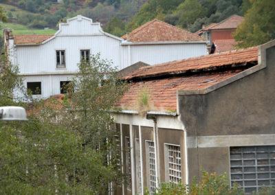 Detalle del frontón curvo de uno de los edificios