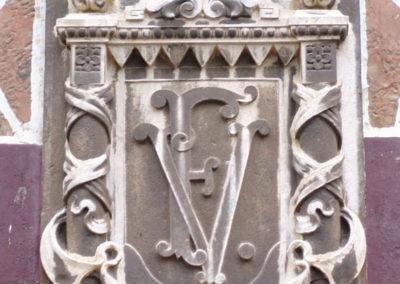 Detalle del escudo de Ferrocarriles Vascongados