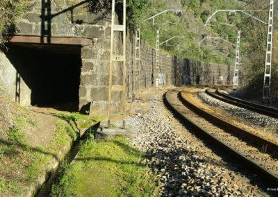 Puerto de mineral junto a las vías de tren